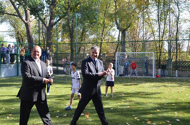 """Pe 14 octombrie 2015, în oraşul Codru, municipiul Chişinău, a fost amenajat un nou mini-teren de fotbal cu acoperire artificială instalat în cadrul programului Federaţiei Moldoveneşti de Fotbal, """"Toţi împreună""""."""