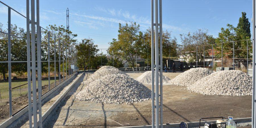 Procesul de lucru a construcției terenului de baschet și reconstrucția stadionului de mini-fotbal din str. Schinoasa Deal.
